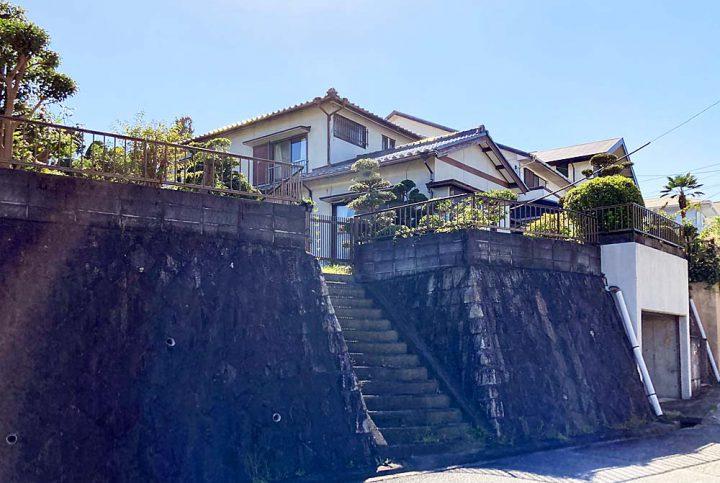遊歩道と繋がる眺望豊かな庭広の戸建て中古住宅 -崖地・傾斜地-